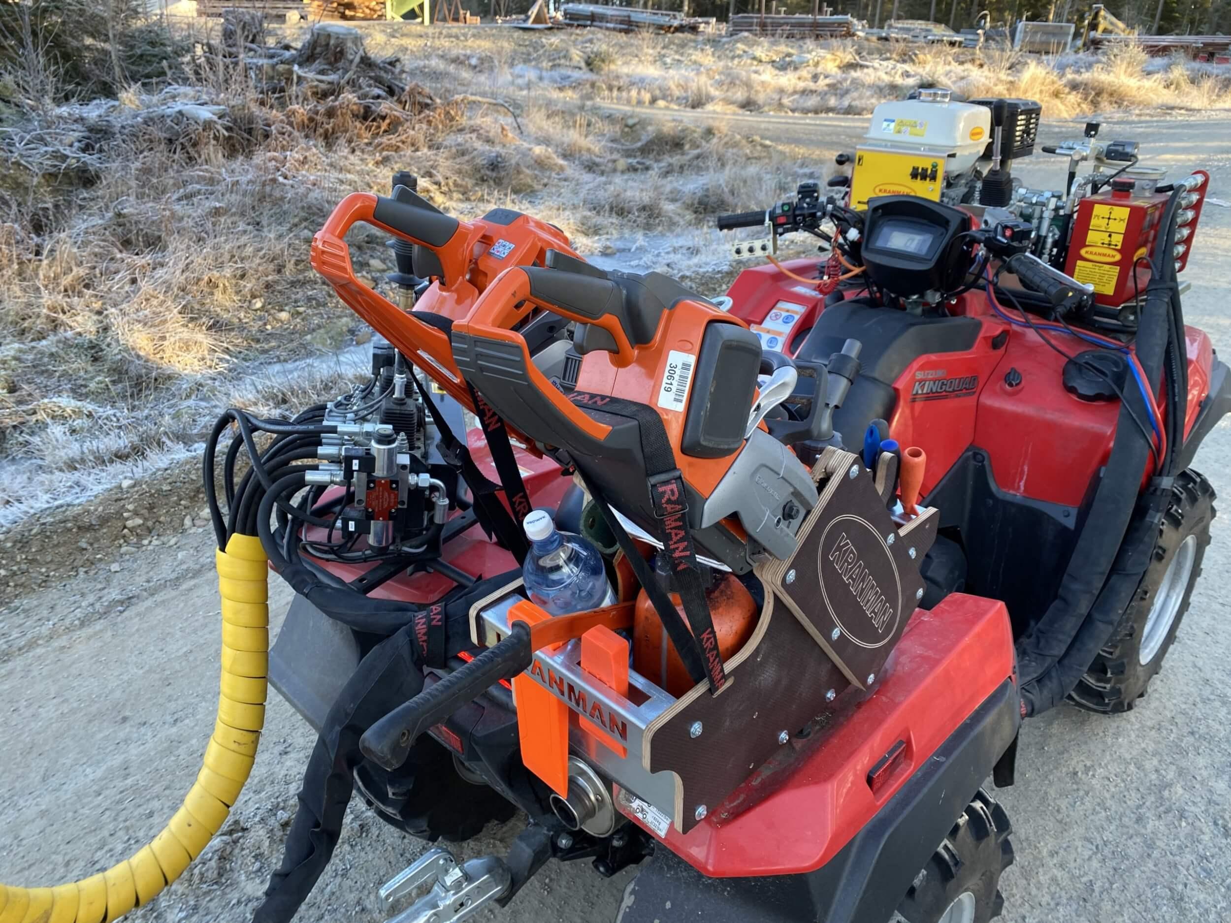 Motorsåglåda till ATV anpassad för griplastarvagn